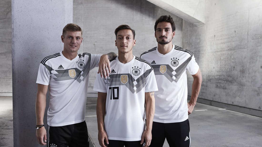 Während Mats Hummels (r.) schon ankündigte noch bis 2020 weiter für Deutschland zu spielen, könnten die DFB-Karrieren von Toni Kroos (l.) und Mesut Özil enden.