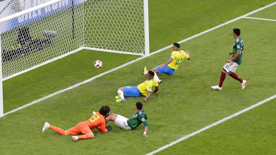 Der Brustlöser: Neymar (Nummer 10) bringt Brasilien auf Vorlage von Willian (nicht im Bild) auf die Siegerstraße.