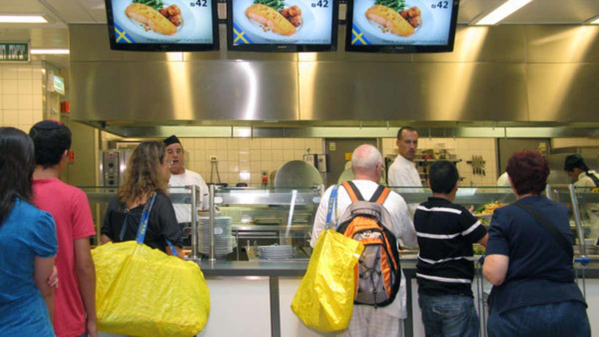 ikea mitarbeiter packt aus darum kostet der hotdog seit jahren nur einen euro vorsorge finanzen. Black Bedroom Furniture Sets. Home Design Ideas