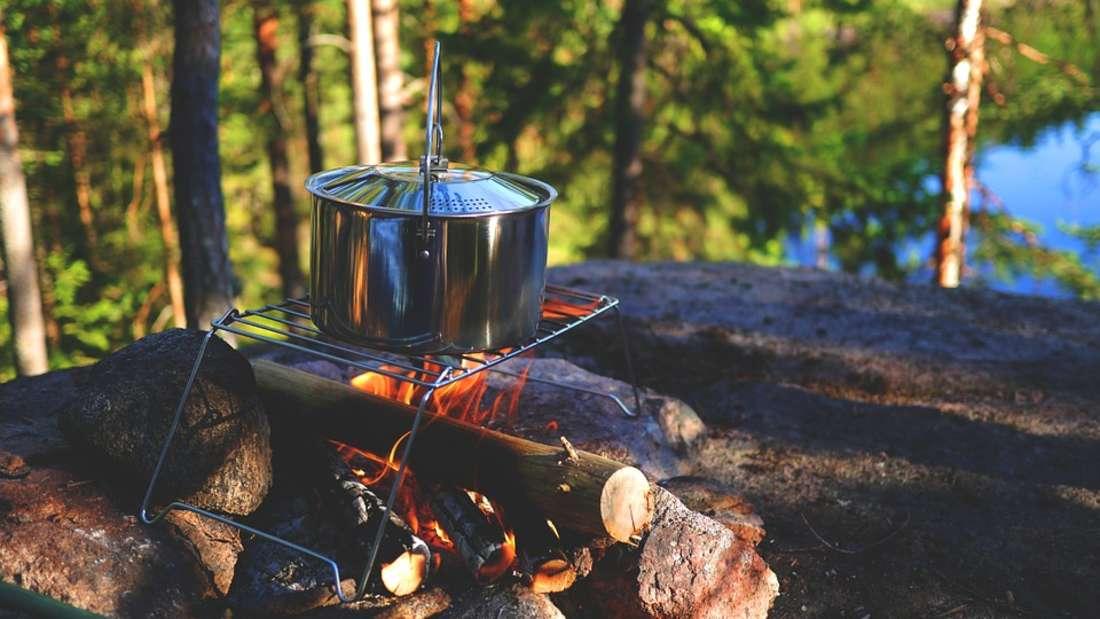 Ein Lagerfeuer auf dem Campingurlaub entfachen kann ohne Anzünder zur Zerreißprobe werden.