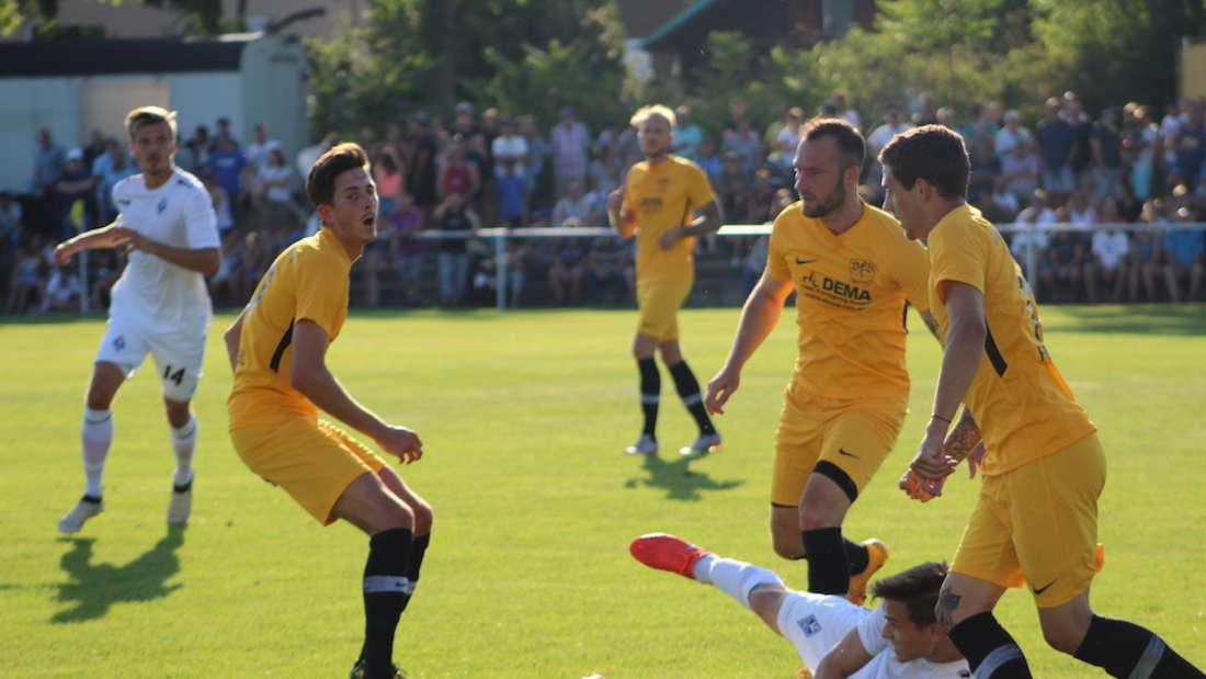 Raffael Korte (am Boden) hat es mit seiner Mannschaft gegen den VfB Gartenstadt nicht leicht gehabt.