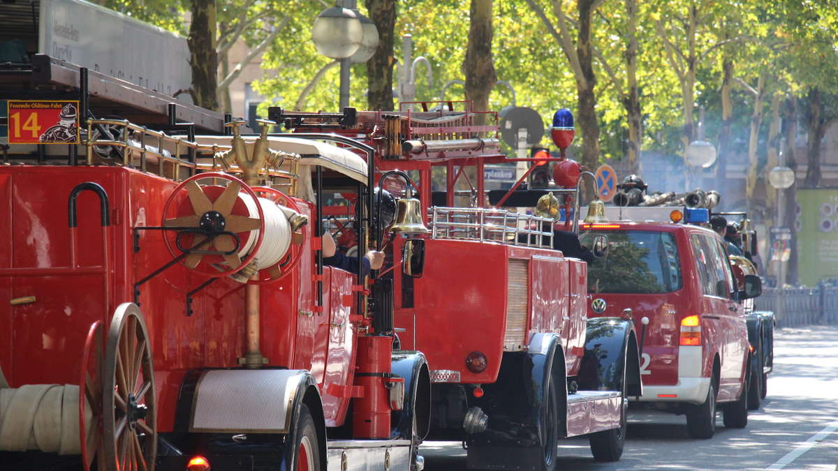 fotos mannheim landesfeuerwehrtag 2018 oldtimer der feuerwehr fahren durch die stadt region. Black Bedroom Furniture Sets. Home Design Ideas