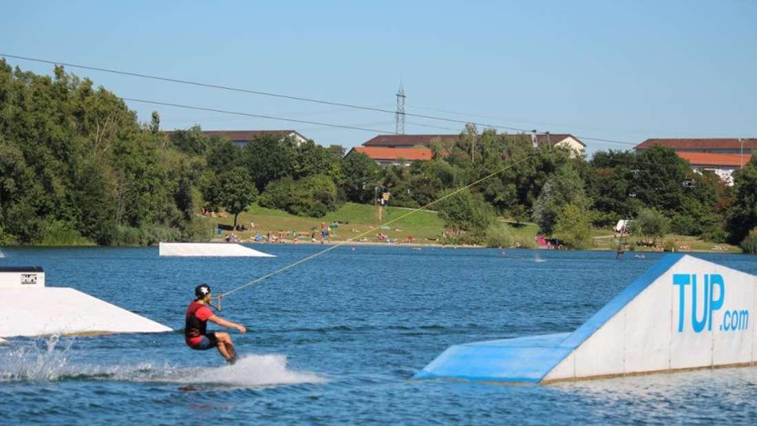 Mit waghalsigen Stunts fliegt Wakebord-Star Philipp Koch regelmäßig am Rheinauer See durch die Lüfte.