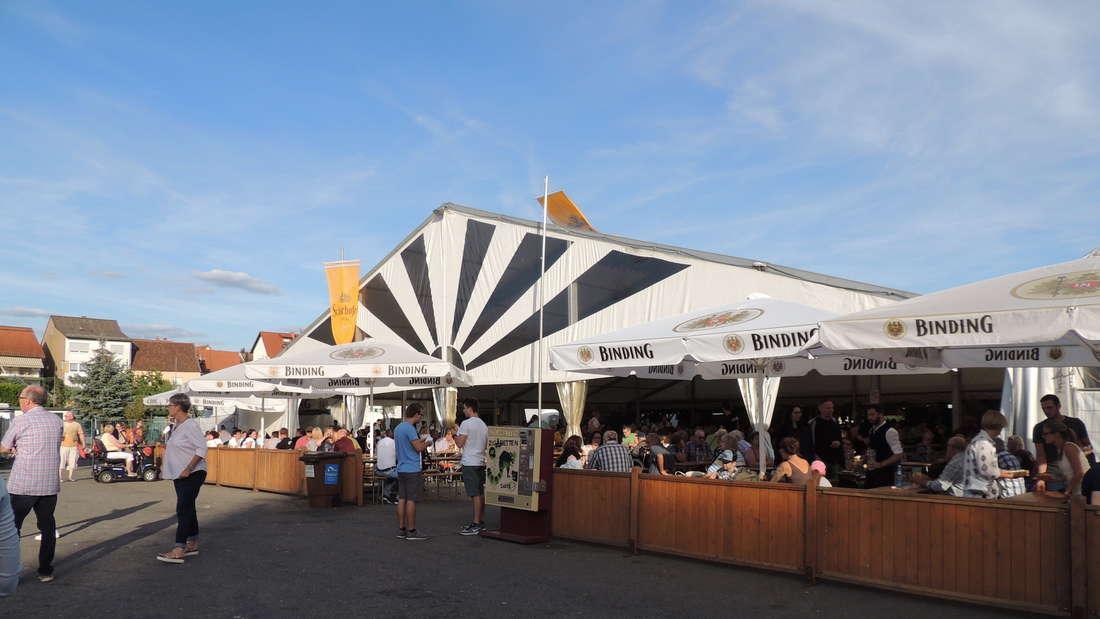 Bei Radspitz feiern die Besucher auf dem Backfischfest in Ketsch.