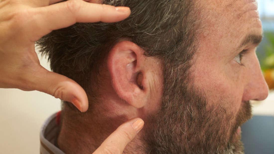 Ein HNO-Arzt macht eine grausige Entdeckung im Ohr eines Mannes. (Symbollbild)