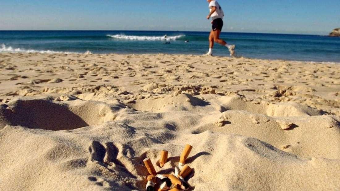 Zigarettenkippen am Strand - wer sie hinterlässt, muss sich das auch etwas kosten lassen.