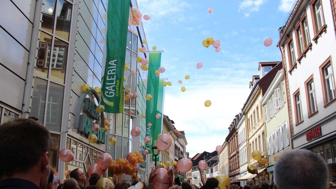 Um 14 Uhr fliegen 500 Luftballons mit Gutscheinen vom Galeria Kaufhof.