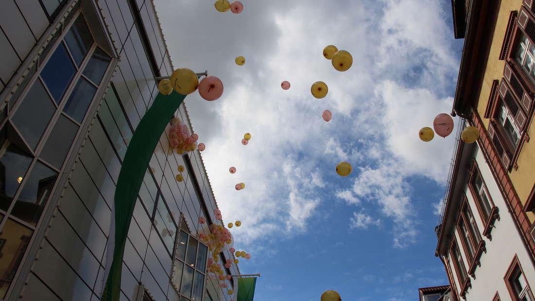 Zum 60. Geburtstag lässt der Galeria Kaufhof 500 Ballons regnen.