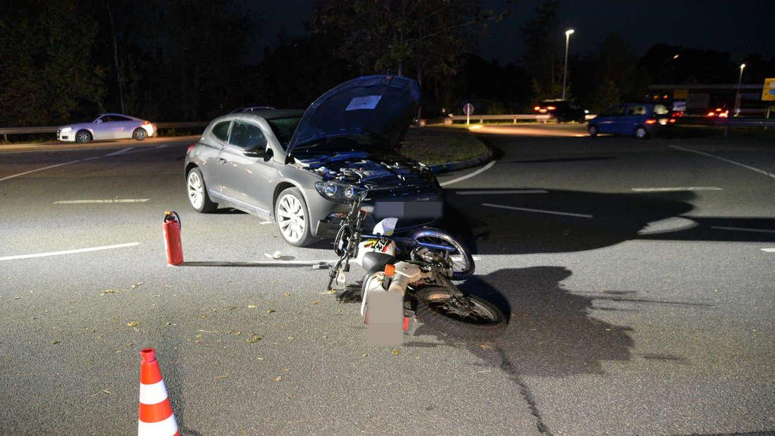 Bei einem Unfall zwischen einem Auto auf der B45 und einem Motorrad wird eine Person verletzt.