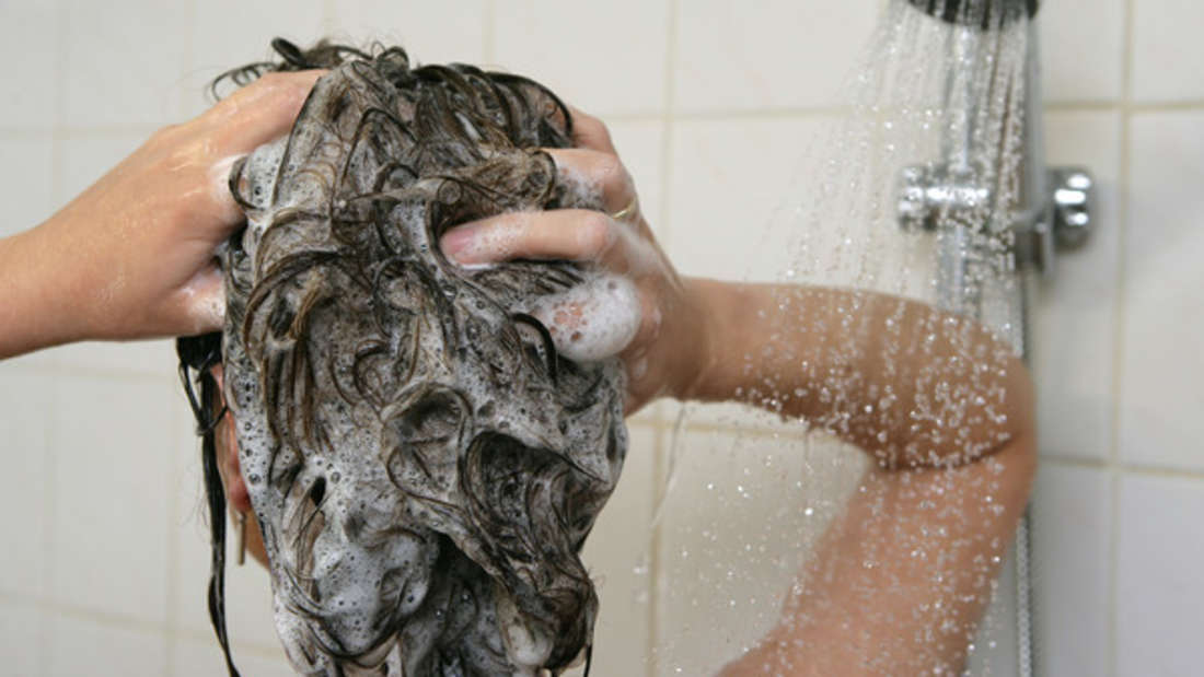 Zu viel Duschgel, Shampoo & Co. kann trockene Haut belasten.