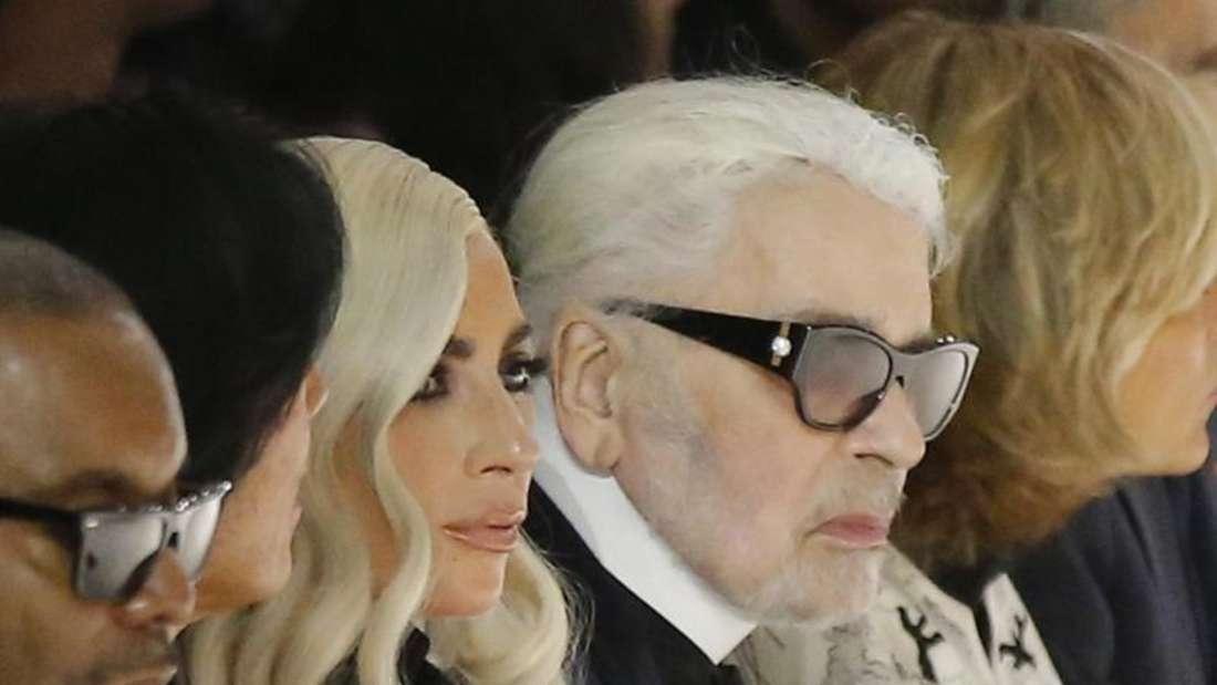 Lady Gaga und Karl Lagerfeld lassen sich die Celine-Show in Paris nicht entgehen. Foto: Michel Euler/AP