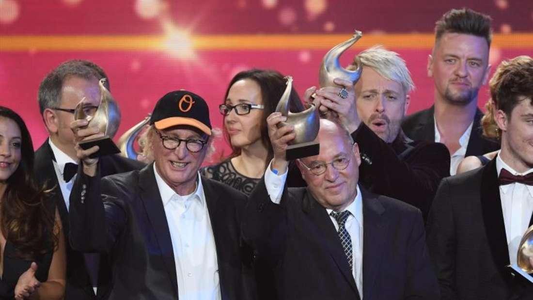 Gruppenbild der Preisträger, darunter Otto Waalkes (M) und Gregor Gysi, der bei seiner Rede deutliche Worte fand. Foto: Hendrik Schmidt