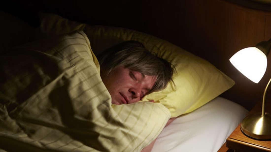 Müde und aufgequollen: Wer so aufwacht, hat vielleicht eine Allergie.