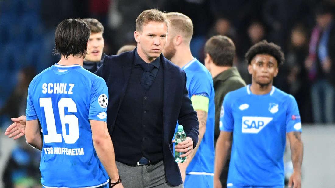 Hoffenheims Trainer Julian Nagelsmann (2.v.l.) und Nico Schulz (l) sind nach Spielende nicht zufrieden.