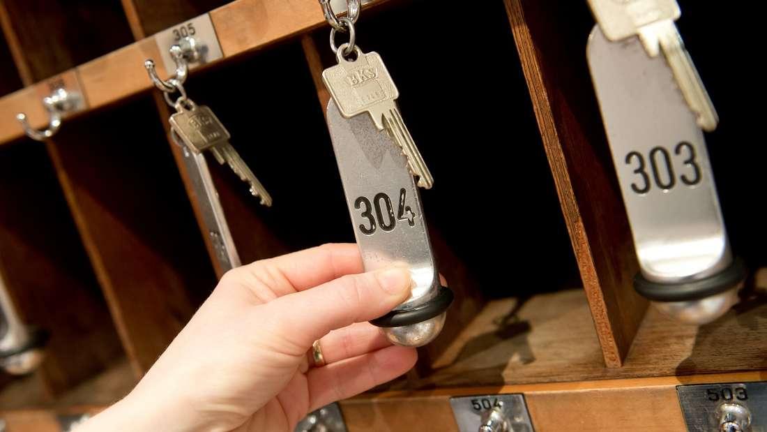 Ein Mann hat es wohl stark bereut, den Zimmerschlüssel eines Hotels verloren zu haben.