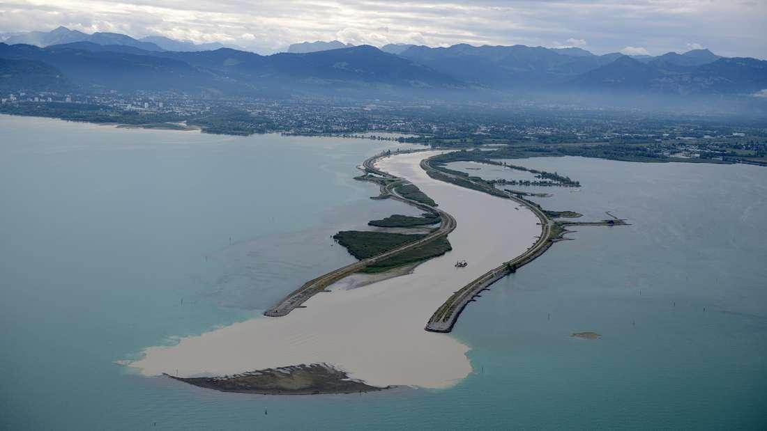 Eine Sandinsel ist plötzlich im Bodensee entstanden.