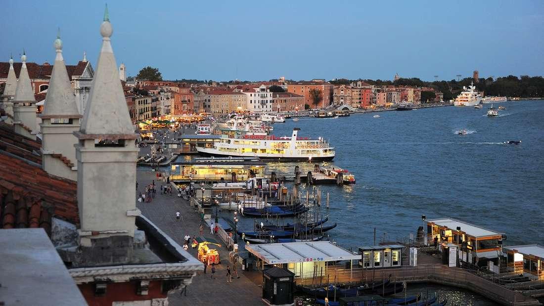 Venedig ist aktuell von Hochwasser geplagt - doch das ist für die Kellner einer Pizzeria kein Grund zur Sorge.