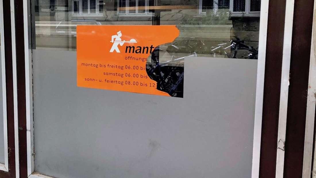 Das'Mantei'-Logo in der ehemaligen Filiale in der Römerstraße ist noch zu sehen – die Öffnungszeitung wurden abgerissen.