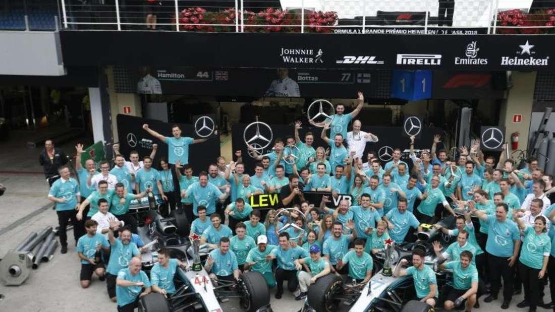 Das Team Mercedes jubelt über den Sieg in der Konstrukteurswertung. Foto: Nelson Antoine/AP