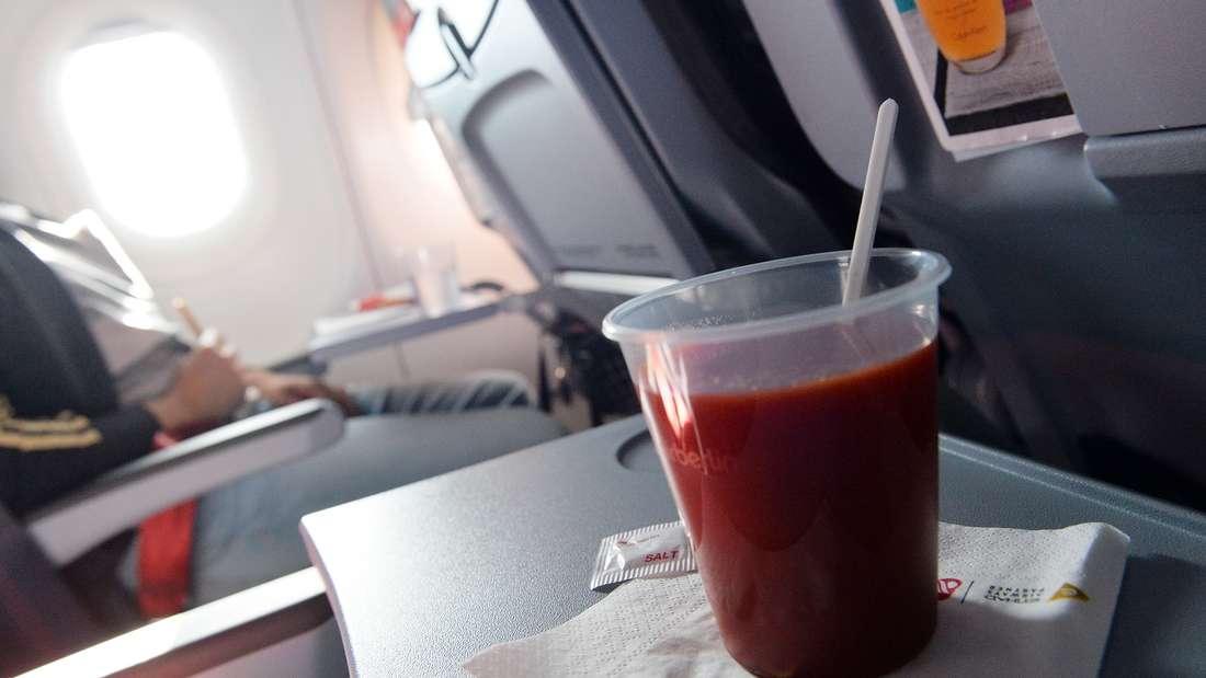 Eine Frau prangerte im Flugzeug mangelnde Lebensmittelhygiene an.