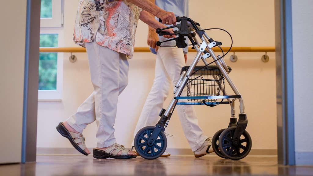 Germersheim Polizei Sucht Seniorin Aus Altenheim Frau Feiert Auf