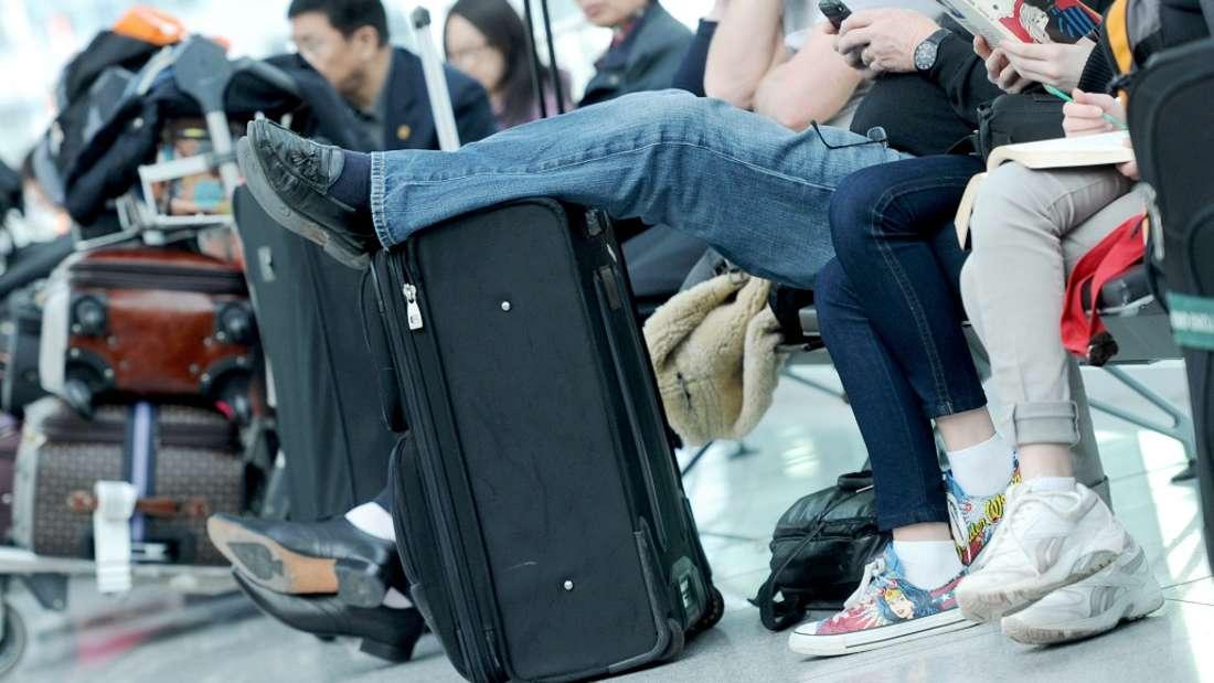 Lange Wartezeiten am Flughafen und Flugstornierungen können manche Menschen geradezu aus der Haut fahren lassen.