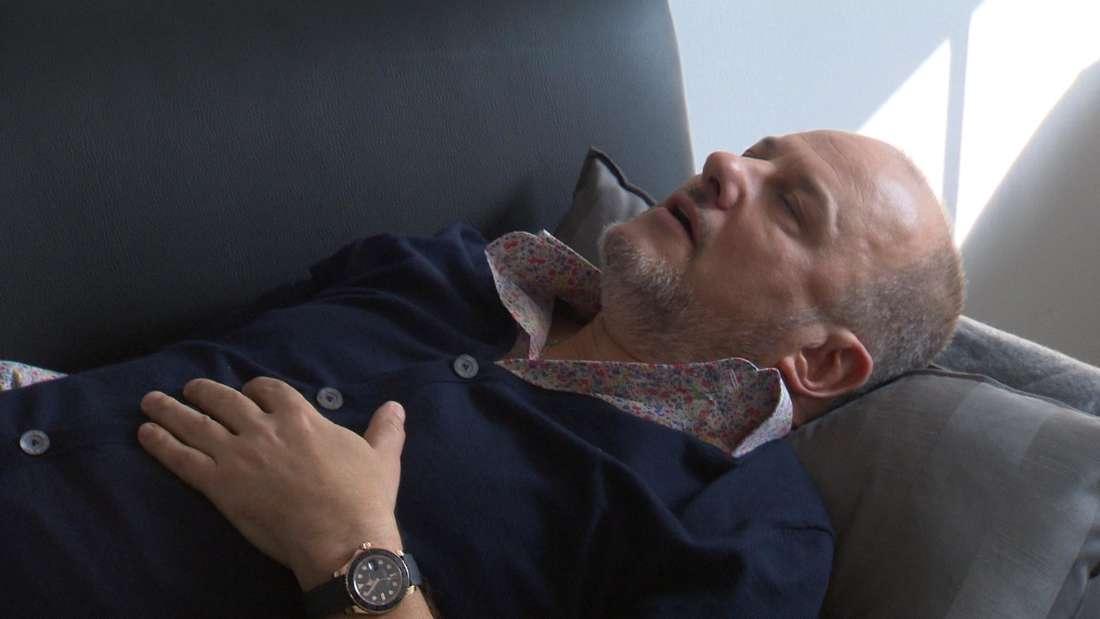 """Große Sorge um Star Koch Frank Rosin in Folge sieben der Sat.1-Koch-Show """"The Taste"""": Der Coach erleidet einen Allergie-Anfall und muss die Show abbrechen."""