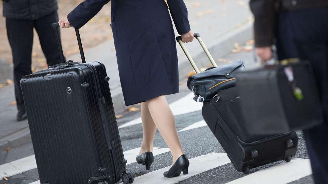 Flugbegleiter greifen nicht selten auch mal auf unkonventionelle Mittel zurück, um Passagieren zu helfen.