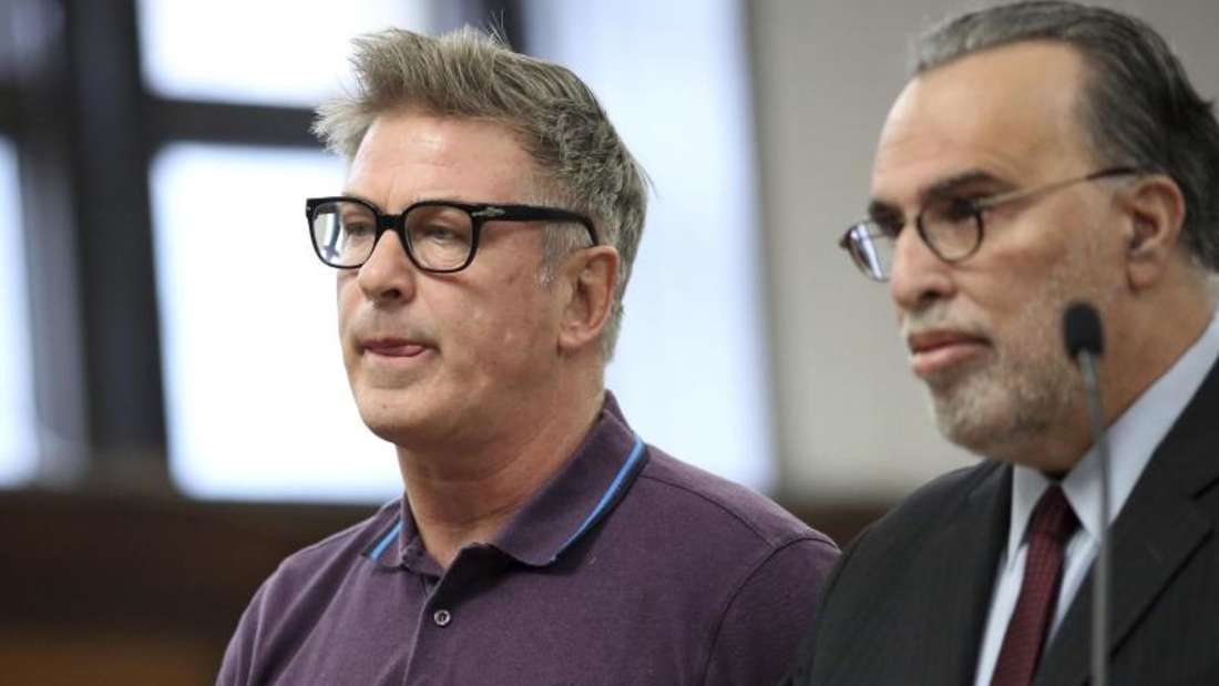 US-Schauspieler Alec Baldwin (l), und sein Rechtsanwalt Alan Abramson im Supreme Court in New York. Foto: Alec Tabek/Pool The Daily News/AP