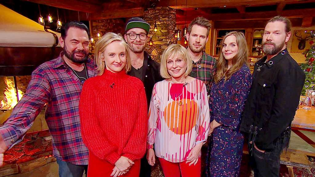 "Die Musiker des ""Sing meinen Song""-Weihnachtskonzerts 2018: Marian Gold, Leslie Clio, Mark Forster, Mary Roos, Johannes Strate, Judith Holofernes, Rea Garvey (v.l.n.r)"
