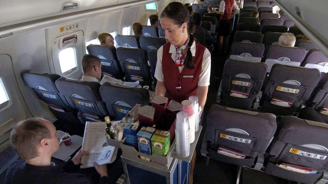 Flugbegleiter erleben in ihrem Job so einiges. (Symbolbild)