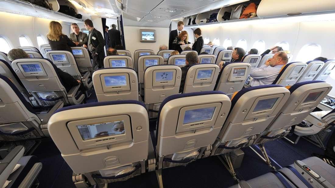Tische im Flugzeug müssen bei Start und Landung hochgeklappt werden.