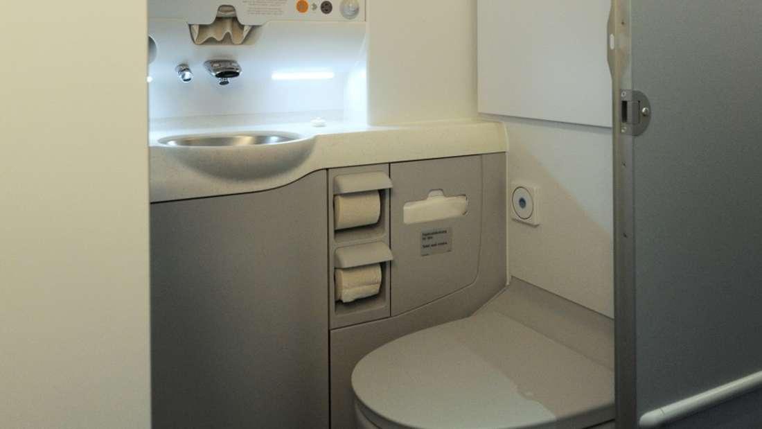 In Flugzeug-Toiletten kann es schon mal eng werden.