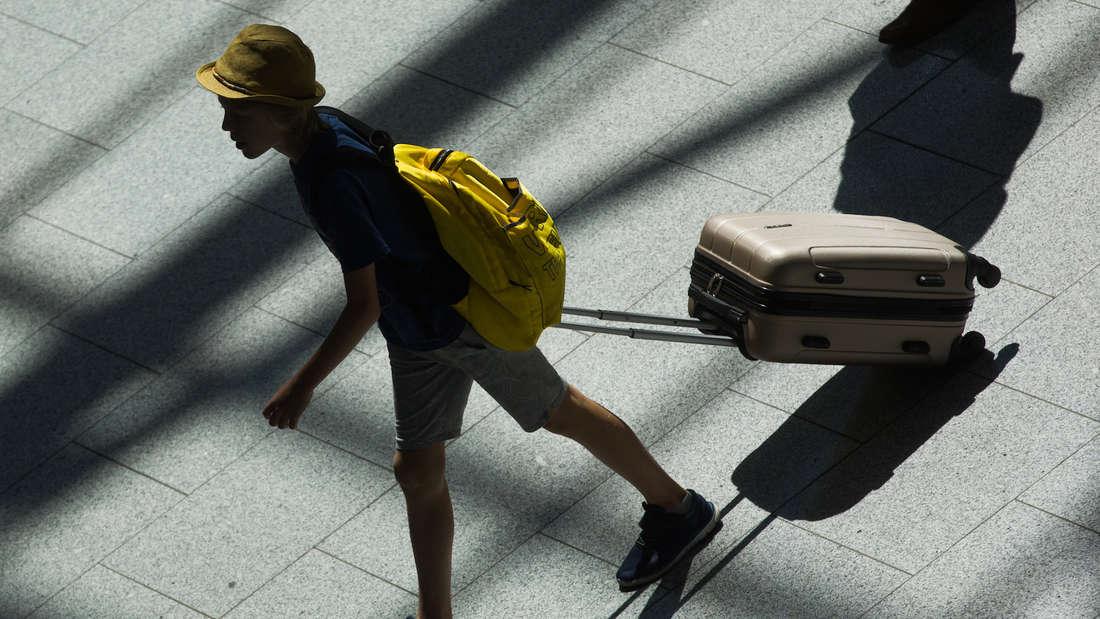 Mit dem Koffer zu Neujahr um den Block das soll in Mexico für eine schöne Reise im neuen Jahr sogen.