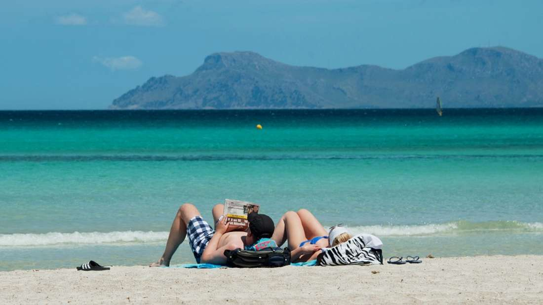 Urlauber lassen sich auf Mallorca die Sonne auf die Bäuche scheinen.