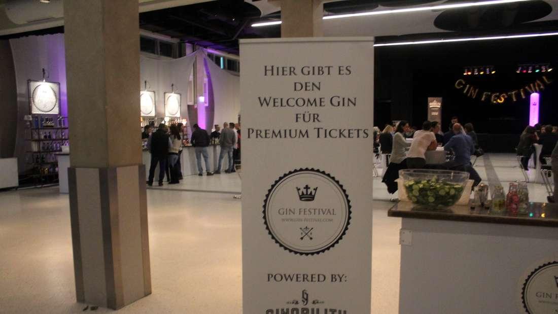 Beim ersten Gin-Festival in Mannheim lassen sich zahlreiche Besucher von dem Getränk begeistern.