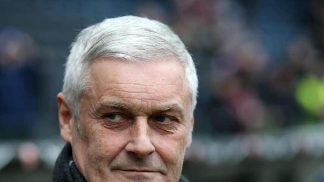 Kölns Sportdirektor Armin Veh gibt sich skeptisch. Foto: Thomas Frey