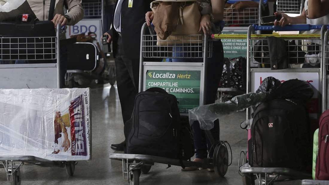 Am Flughafen kann der Geduldsfaden schon mal reißen - eine Frau ging dabei aber einen Schritt zu weit. (Symbolbild)