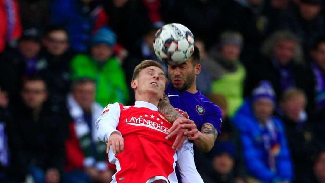 Union-Spieler Joshua Mees (vorne) und Aues Calogero Rizzuto im Kopfballduell. Foto: Daniel Schäfer