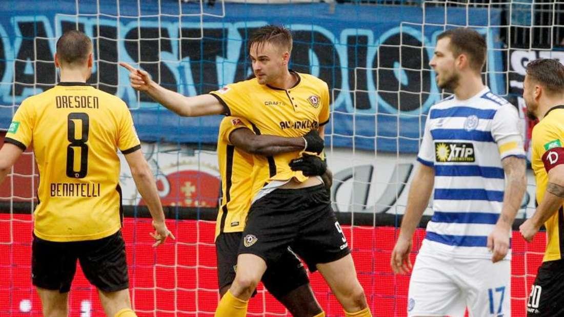 Dynamo-Torschütze Lucas Röser (M) feiert seinen Treffer. Die Dresdner besiegen auswärts den MSV Duisburg. Foto: Roland Weihrauch