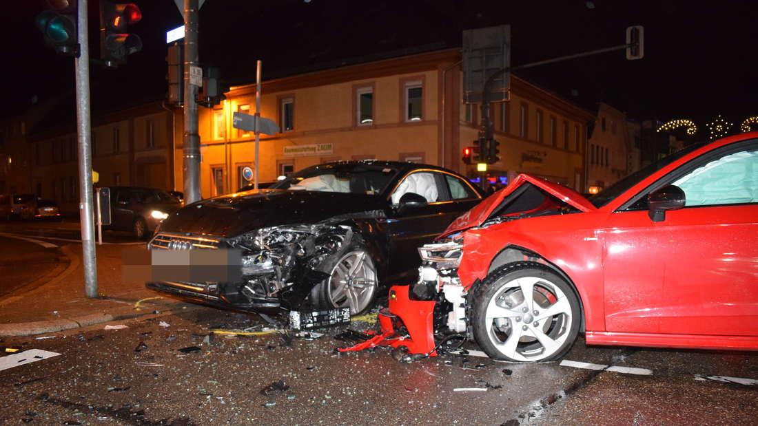 In Sinsheim krachen zwei Autos zusammen und drei Personen werden verletzt.