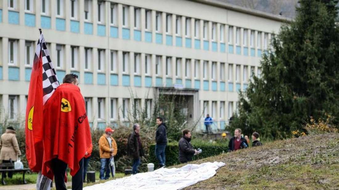 Fans von Michael Schumacher vor dem Krankenhaus in Grenoble. Foto: David Ebener