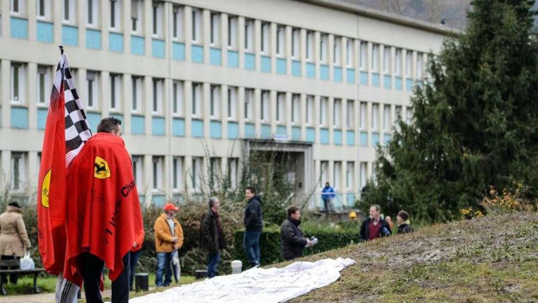 Formel-1-Fans im Januar 2014 vor dem Krankenhaus in Grenoble. Foto: David-Wolfgang Ebener