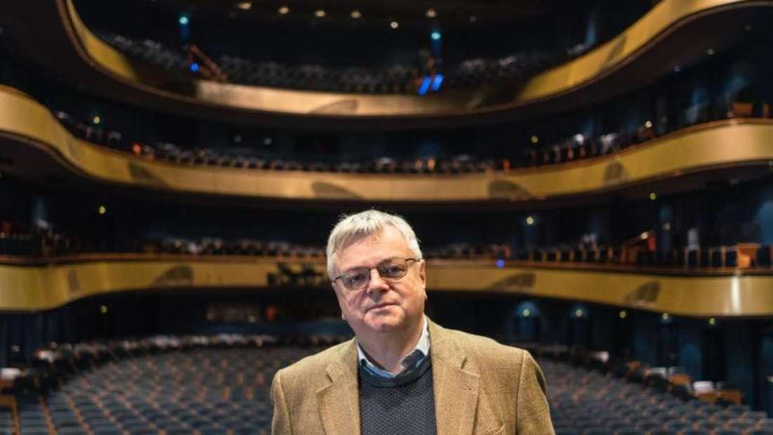 Bernd Loebe, Intendant der Oper Frankfurt, kann an zwei Orten gut abschalten: in Weinhandlungen und beim Fußball. Foto: Frank Rumpenhorst