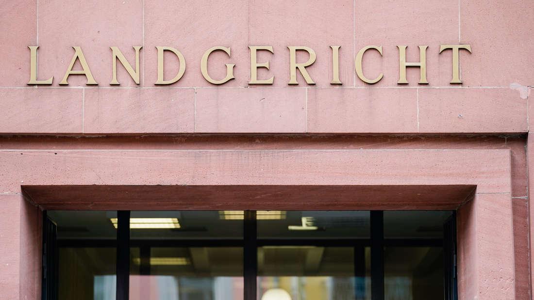 Ein Mann steht vor dem Landgericht Frankenthal, weil er seine demenzkranke Frau getötet haben soll. (Symbolfoto)