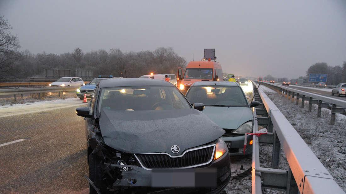Mehrere Fahrzeuge sind in einen Unfall auf der A656 verwickelt.