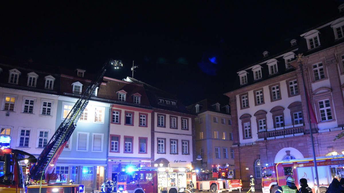 Heidelberg-Altstadt: Brand am Marktplatz: Feuerwehr und ...