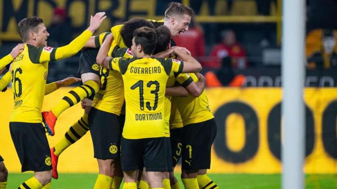 Nach dem 5:1 gegen Hannover 96 steht Borussia Dortmund so gut da, wie nie zuvor: Die BVB-Spieler feiern daas 3:0. Foto: Guido Kirchner