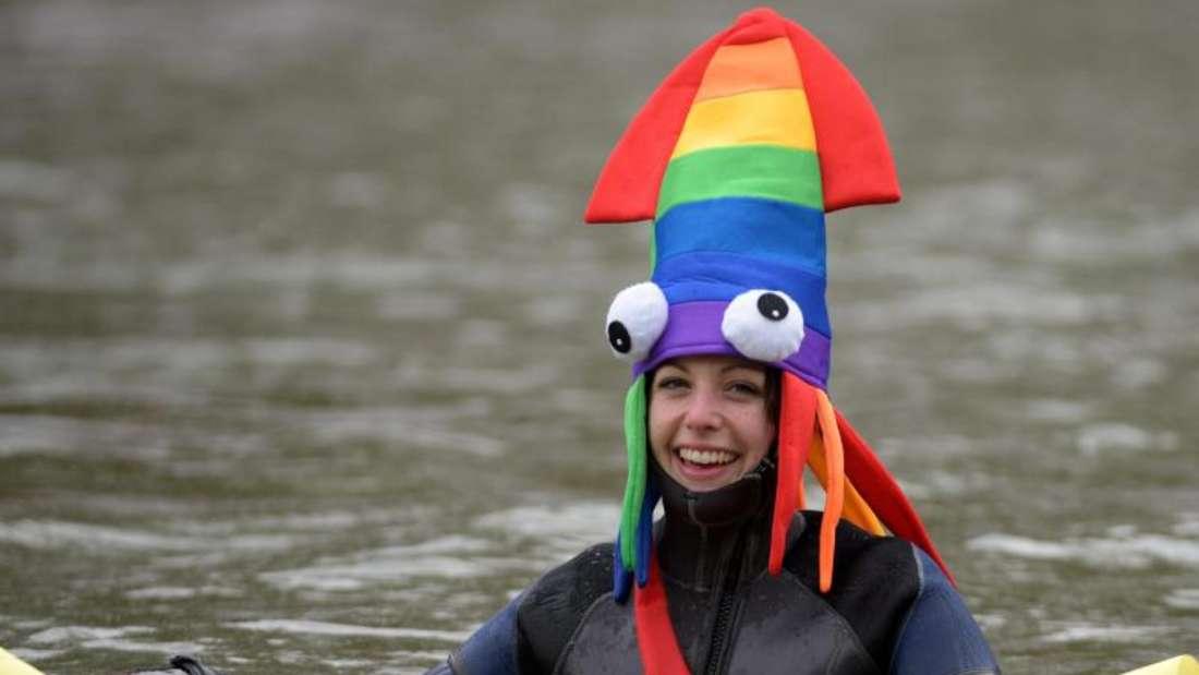 Im bunten Kostüm durchs Wasser. Foto: Stefan Puchner