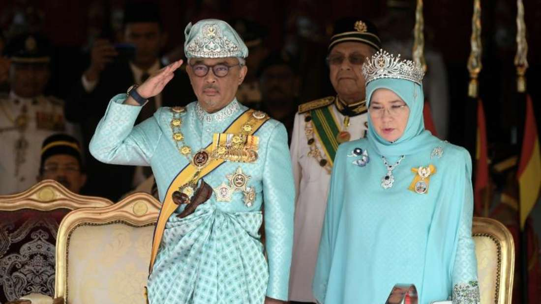 Malaysias neuer König Tengku Abdullah neben seiner Frau, Königin Tunku Azizah Aminah Maimunah. Foto: Hairul/BERNAMA